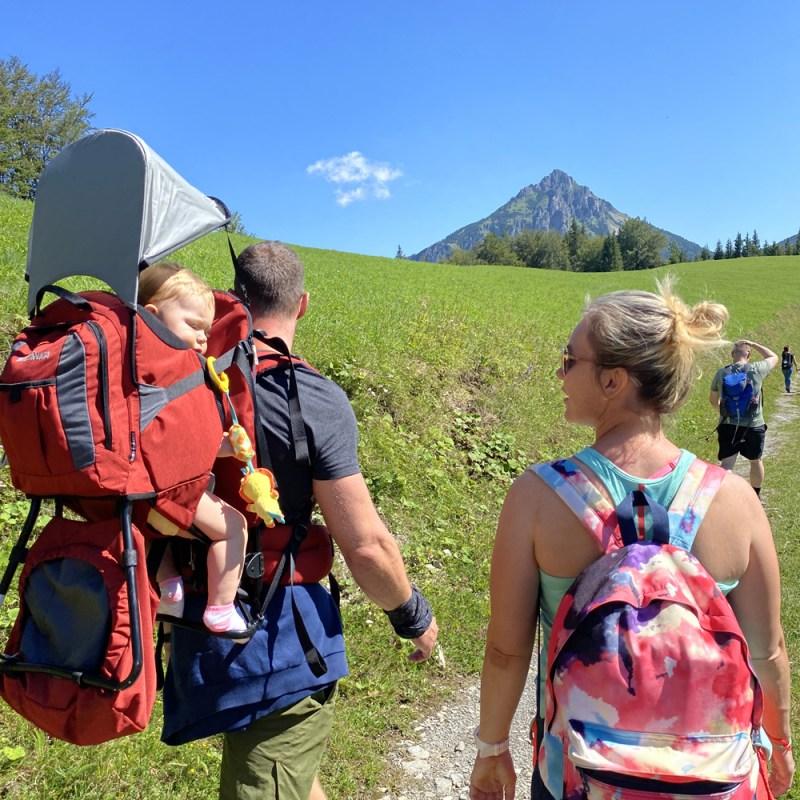 Dieťa v turistickom nosiči