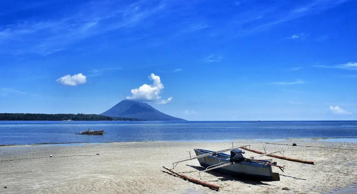 aktivitas perahu nelayan di pulau siladen