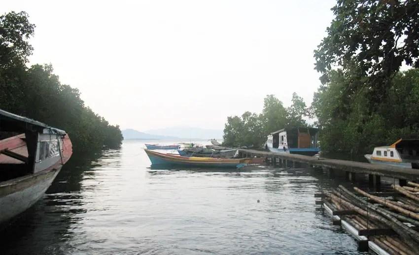 dermaga perahu di desa tinongko mantehage. tampak seperti di vietnam ya...