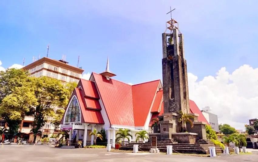 gereja sentrum dan tugu perang dunia 2 di manado