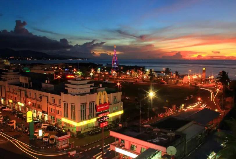 kawasan boulevard manado di waktu malam