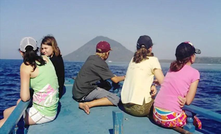 menuju ke pulau manado tua dengan perahu motor