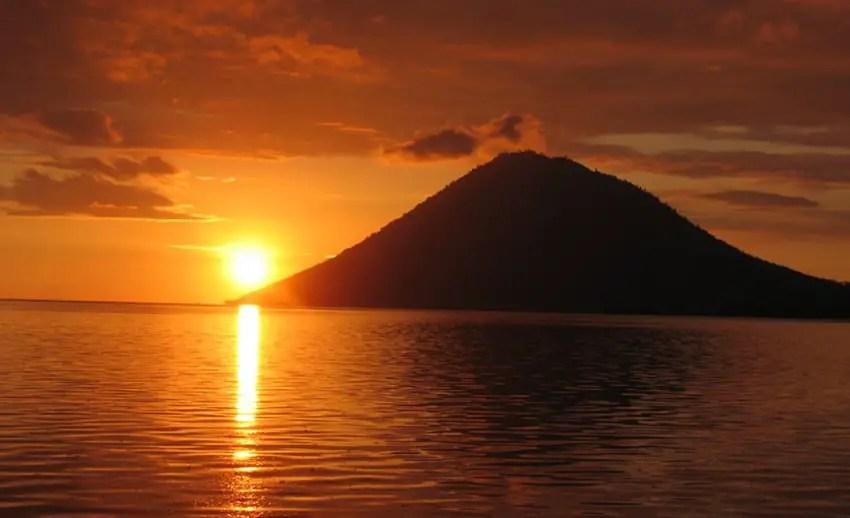 panorama sunset berlatar pulau manado tua