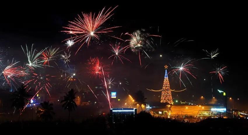 pesta kembang api di kawasan boulevard manado