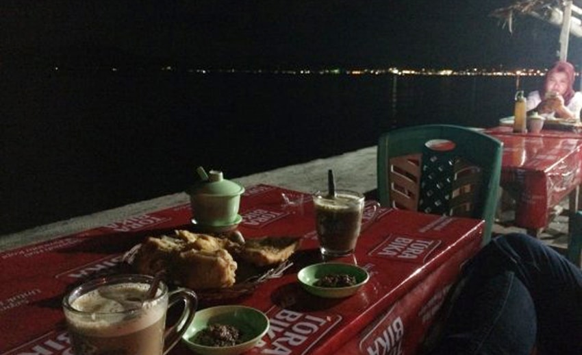 manado bay di malam hari