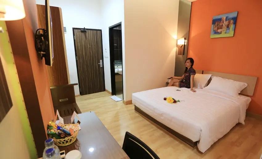 suasana kamar de nearby hotel manado