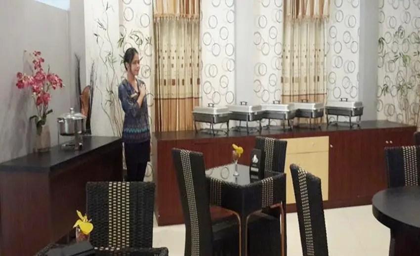 suasana ruang makan Elfah Hotel Manado