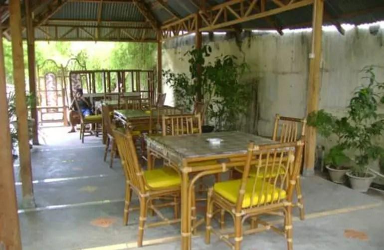 tempat duduk santai hotel yuta manado