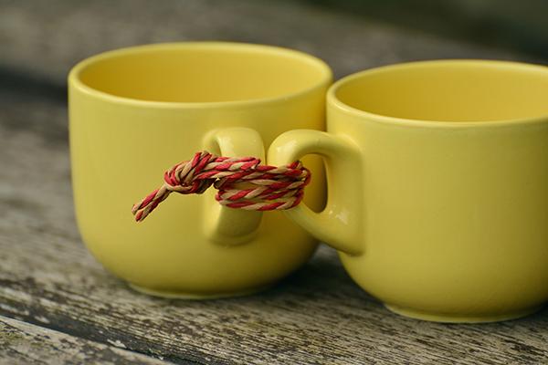 Deux tasses attachées ensemble