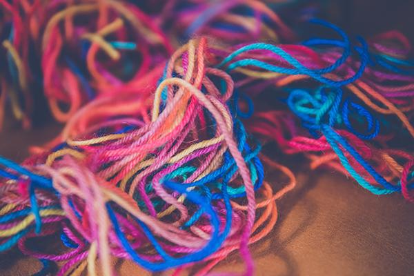 chaîne en désordre dans beaucoup de couleurs