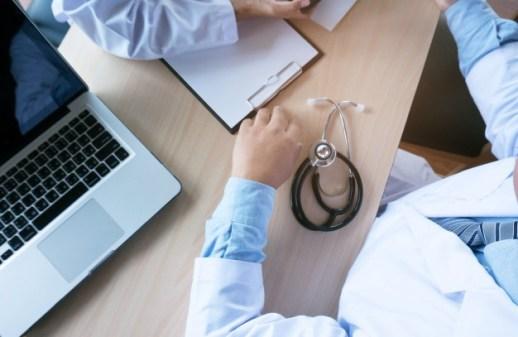 concept-reunion-equipe-reseau-technologie-medicale-medecin-main-telephone-intelligent-tablette-numerique-moderne-ordinateur-portable-graphique (1)
