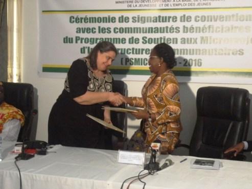 Signature convention - Le ministère du Développement à la Base signe des conventions avec les communautés bénéficiaires du PSMICO 2015-2016 et un partenariat avec BORNEfonden