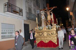 Procesión con el trono por las calles locales