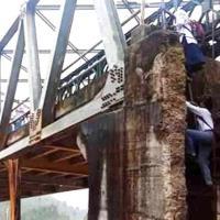 Pelajar Harus Memanjat Abutmen Jembatan Menuju Sekolah