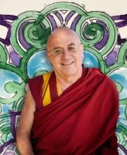 """Il monaco buddista medita in laboratorio: """"Fuori scala"""""""