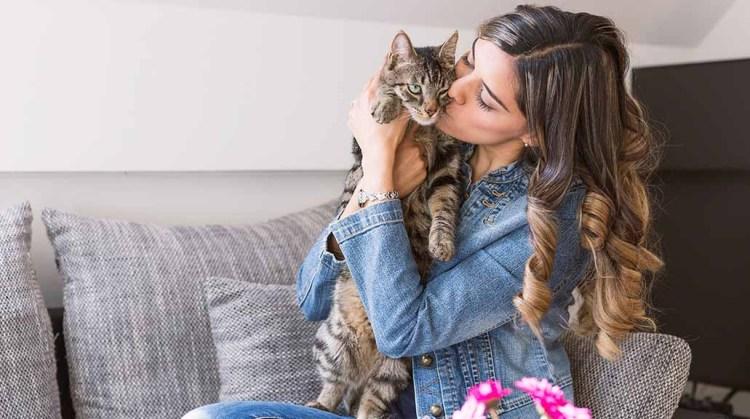 Mujer y gato