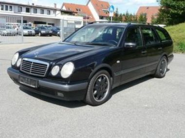 NOUVEAU +++ Mercedes-Benz Voiture d'occasion: Mercedes-Benz E 200 T ** Top Optik mit neuen BRABUS Alufelge für 4300 € +++ Les meilleures offres | Break, 211000 km, 1997, Essence, 136 CV, Noir | 133505833 | auto.de