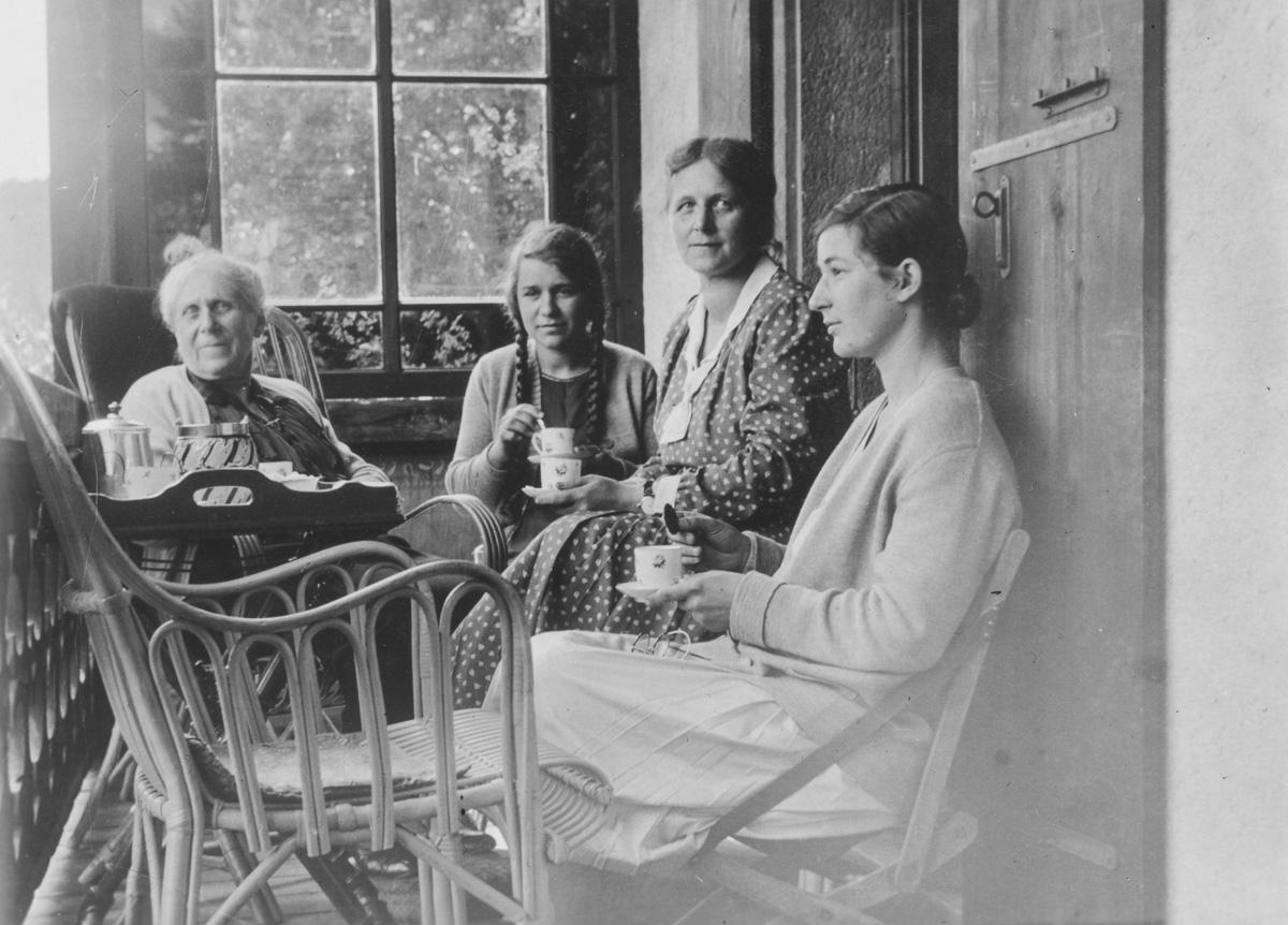 Hélène au premier plan avec sa mère Alice, sa petite soeur Liliane et probablement la grand-maman. Cette maison doit appartenir à la grand-mère maternelle d'Hélène et de Liliane. Sa situation doit se trouver aux environs de Saint-Cergue au pied du Jura