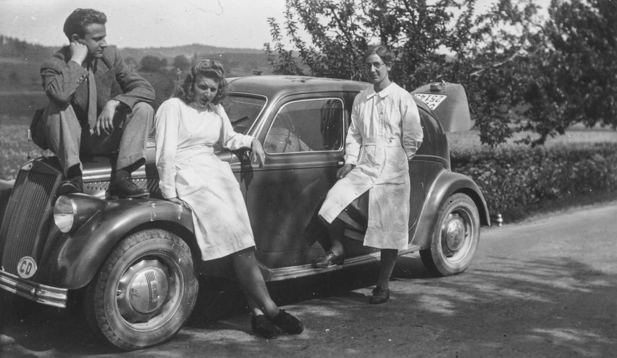 Tournée séro-anthropologique près de Berne le 12 mai 1945. De gauche à droite : Alexandre Manuila, Mlle Weck, Hélène Kaufmann