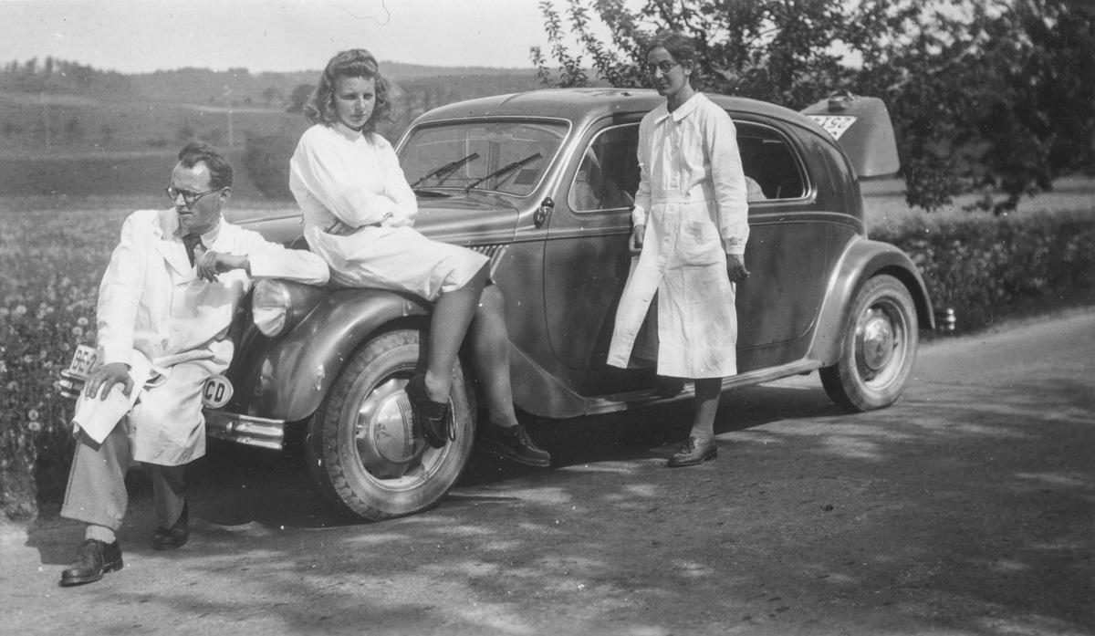 Tournée séro-anthropologique près de Berne le 12 mai 1945. De gauche à droite : Marc-Rodolphe Sauter, Mlle Weck, Hélène Kaufmann