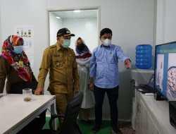Wakil Bupati Siak Husni Merza meninjau Laboratorium dari PT. Alam Siak Lestari