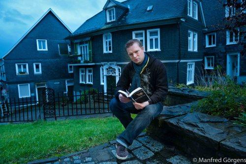 """Daniel Juhr, Kleinverleger und Krimiautor aus Wipperfürth, verfasste mit seinem Erstling """"Exit"""" (2011) die Hommage an eine erloschene bergische Kultstätte. Eben sie, die Rockdisco """"Exit"""" unter der Müngstener Brücke, geriet im Oktober 1992 in die Schlagzeilen, als dort die Leiche einer ermordeten Taxifahrerin entdeckt wurde."""