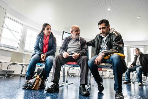Die Irakerin Tahir Golzaar hilft ehrenamtlich Flüchtlingen bei Behördengängen, Arztbesuchen und Maßnahmen zur Integration. Der Ingenieur Abdullatif Alskheikhly unterstützt die Arbeit als Übersetzer. Warteraum im Jobcenter Wuppertal-Barmen.