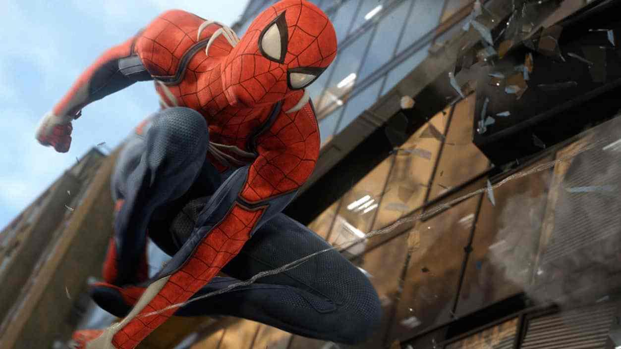 Vestito da Spider-Man fa impazzire tutti l'ultimo giorno di lavoro