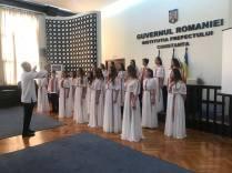 Marius-Horia-Tutuianu-îi-felicită-pe-membrii-Corului-de-copii-Callatis-6
