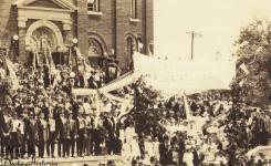 05-Detaliu- Inscripţia Bine aţi venit şi funda tricoloră - Illinois - 1917 - Photo Historia