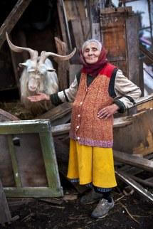 Sorin Onisor Maicile neamului romanesc-83 - maica Ana si tapul ei preferat -undeva in Banat