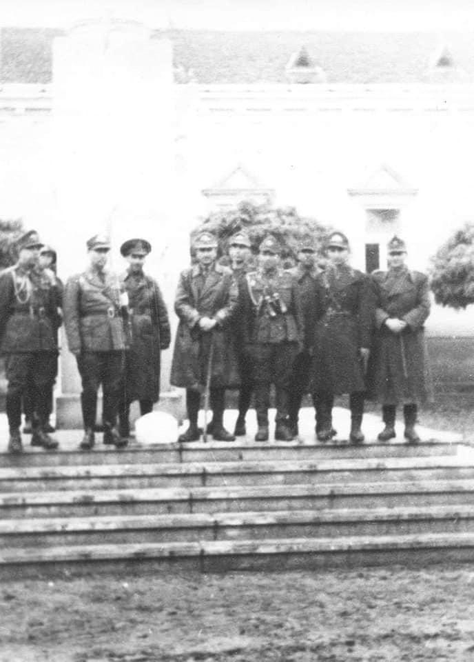 Generalul Costin Ionașcu, comandantul Diviziei 9 Infanterie, alături de ofițerii dobrogeni ai Statului Major al Diviziei, în ziua de 25 octombrie 1944 în proaspătul eliberat oraș Carei