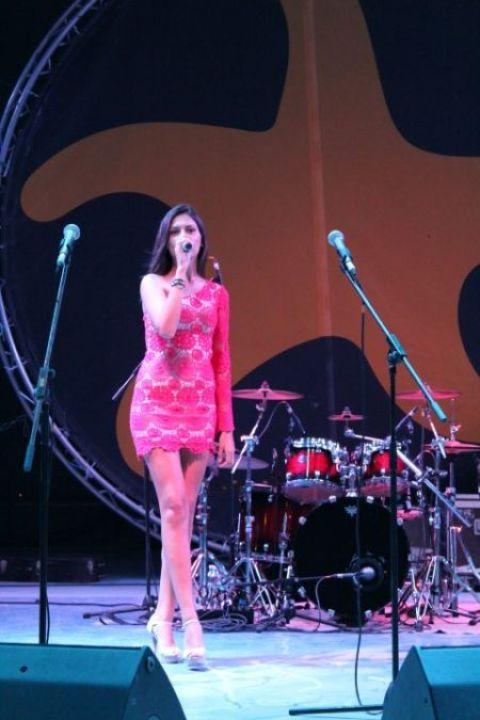 Prezentatoarea Alina (Small)