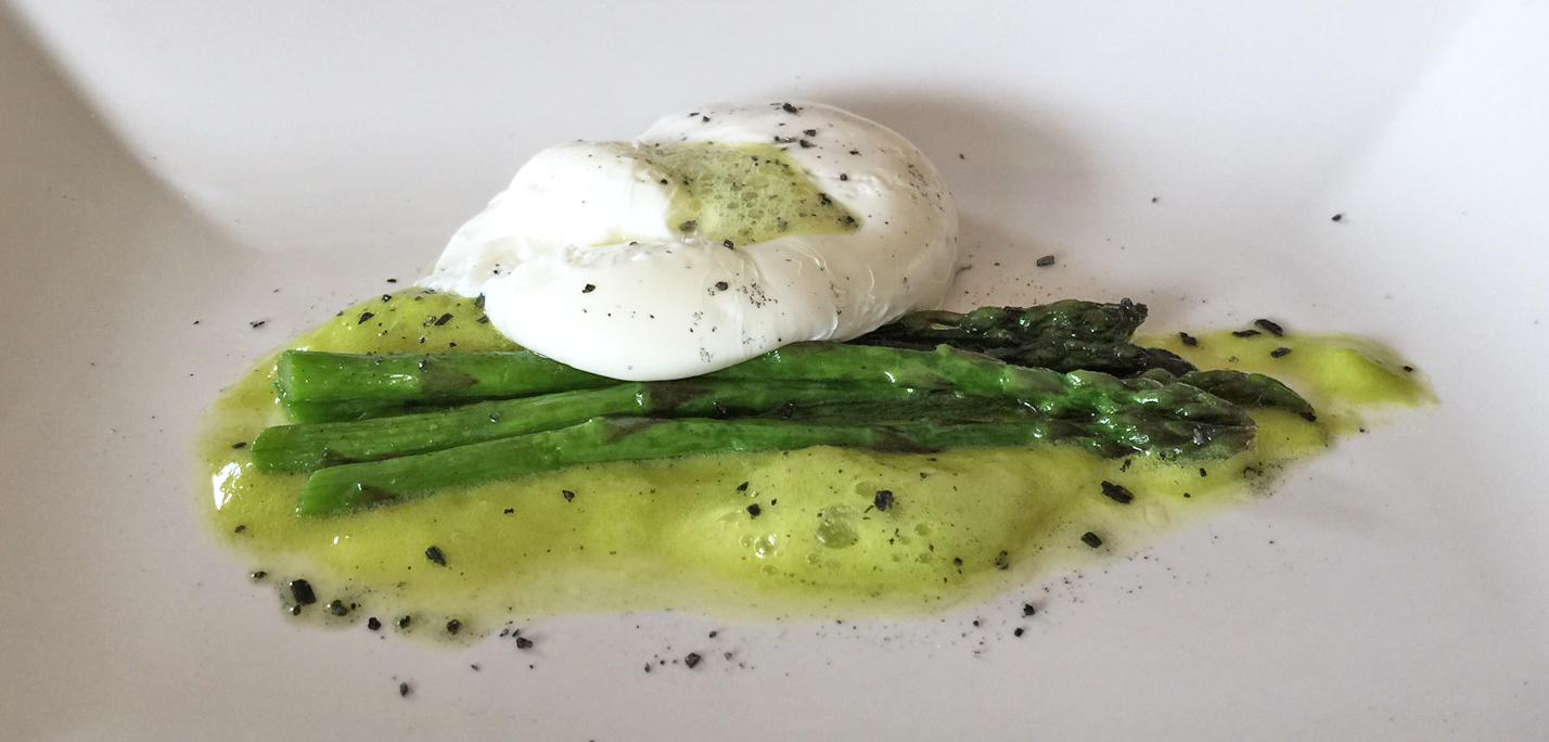 ricetta uovo in camicia con asparagi