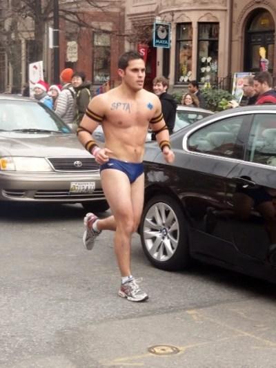171215 CIENTOS DE HOMBRES EN ROPA INTERIOR CORRIERON EN EL BOSTON SANTA SPEEDO RUN 2015. FOTO 3