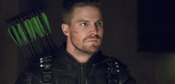 Protagonista de Arrow responde a fans homofóbicos