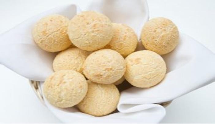 Receita fácil de pão de queijo com três ingredientes.