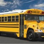 Motorista percebe menino entrar chorando em seu ônibus, quando ele olha para suas mãos age sem demora.