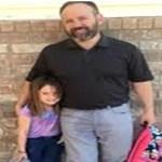 Pai vai buscar a filha de 6 anos à escola quando os professores reparam nas calças dele e percebem o que se passa