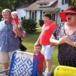 Família está vendo desfile quando de repente a mãe reconhece 2 caras que a fazem perder o controle