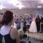 Noiva vê a ex de seu marido durante o casamento, ela manda parar tudo e pede que ela se levante