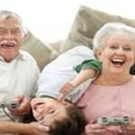 Avós que cuidam dos netos vivem mais, diz estudo