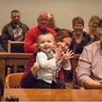 """Bebê grita """"papai"""" no tribunal após sua adoção ser aprovada"""