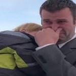 Viúvo desolado de 7 crianças chora quando um estranho se aproxima com um presente de Natal