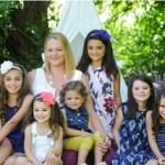 Ela adotou 6 irmãs para não ter que separá-las