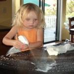 Crianças que ajudam nos afazeres domésticos serão adultos de sucesso