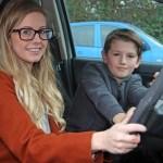 Menino de oito anos salva a vida da mãe e a sua quando a mãe desmaia dirigindo