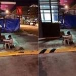 A foto que emocionou o mundo: menino, morador de rua, usa luz do McDonald's para fazer lição de casa