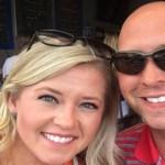 Casal finalmente abre presente de casamento dado pela tia 9 anos depois