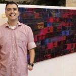 Artista plástico sem as mãos expõe pinturas em Brasília